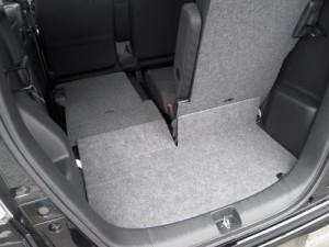 N-BOXの荷室(片側座席を倒した状態)