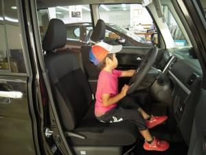 新型タントの運転席